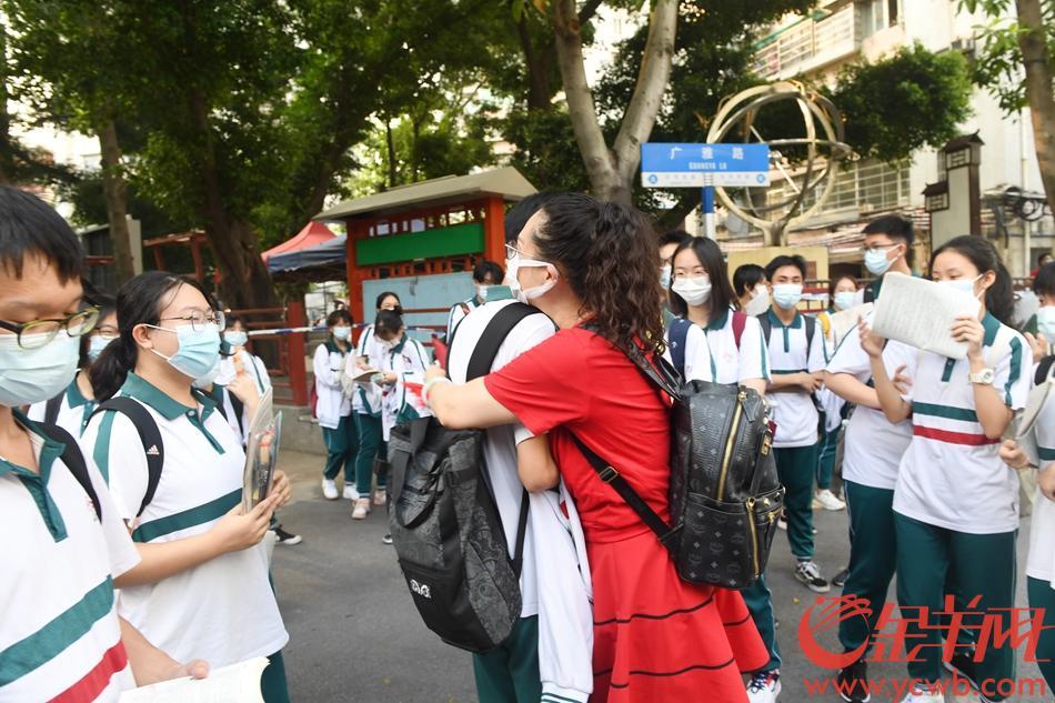 2021年6月7日,高考第一天,广雅中学考点外,老师为考生送上祝福。 羊城晚报全媒体记者 林桂炎 摄