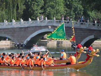 北京:龙潭公园上演赛龙舟