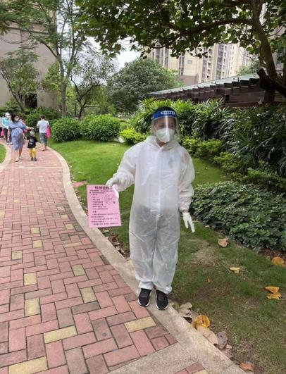 朱恬华医生在社区支援核酸检测工作.jpg