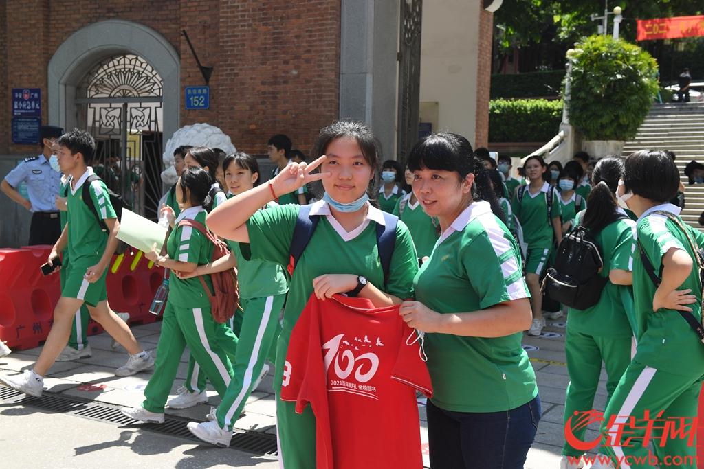 2021年7月12日,广州中考结束,执信中学考场外,许多家长带着鲜花准备献给中考结束的孩子 羊城晚报记者 林桂炎 实习生 张子澄 摄