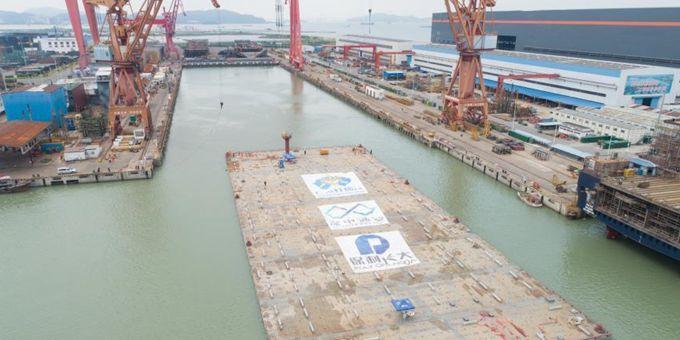 深中通道超宽变宽管节出坞 平均外宽约49.7米
