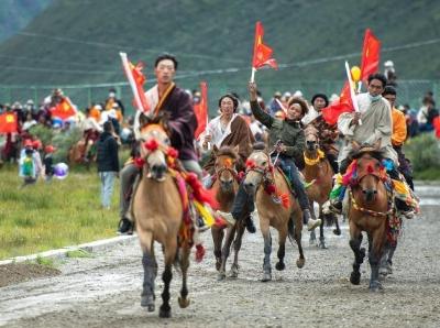 西藏嘉黎:草原上的赛马盛会启幕