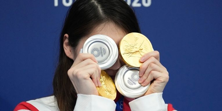 """东京奥运会泳池""""劳模""""张雨霏""""披金挂银""""秀奖牌"""