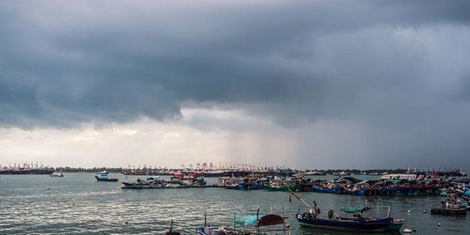 """实拍台风""""卢碧""""登陆前的城市海滨"""