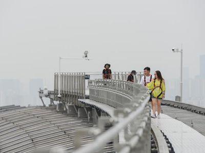 """重庆游客百米高空体验""""云中漫步"""""""