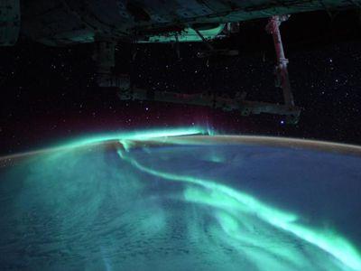 美到窒息!航天员从太空拍摄绚烂极光
