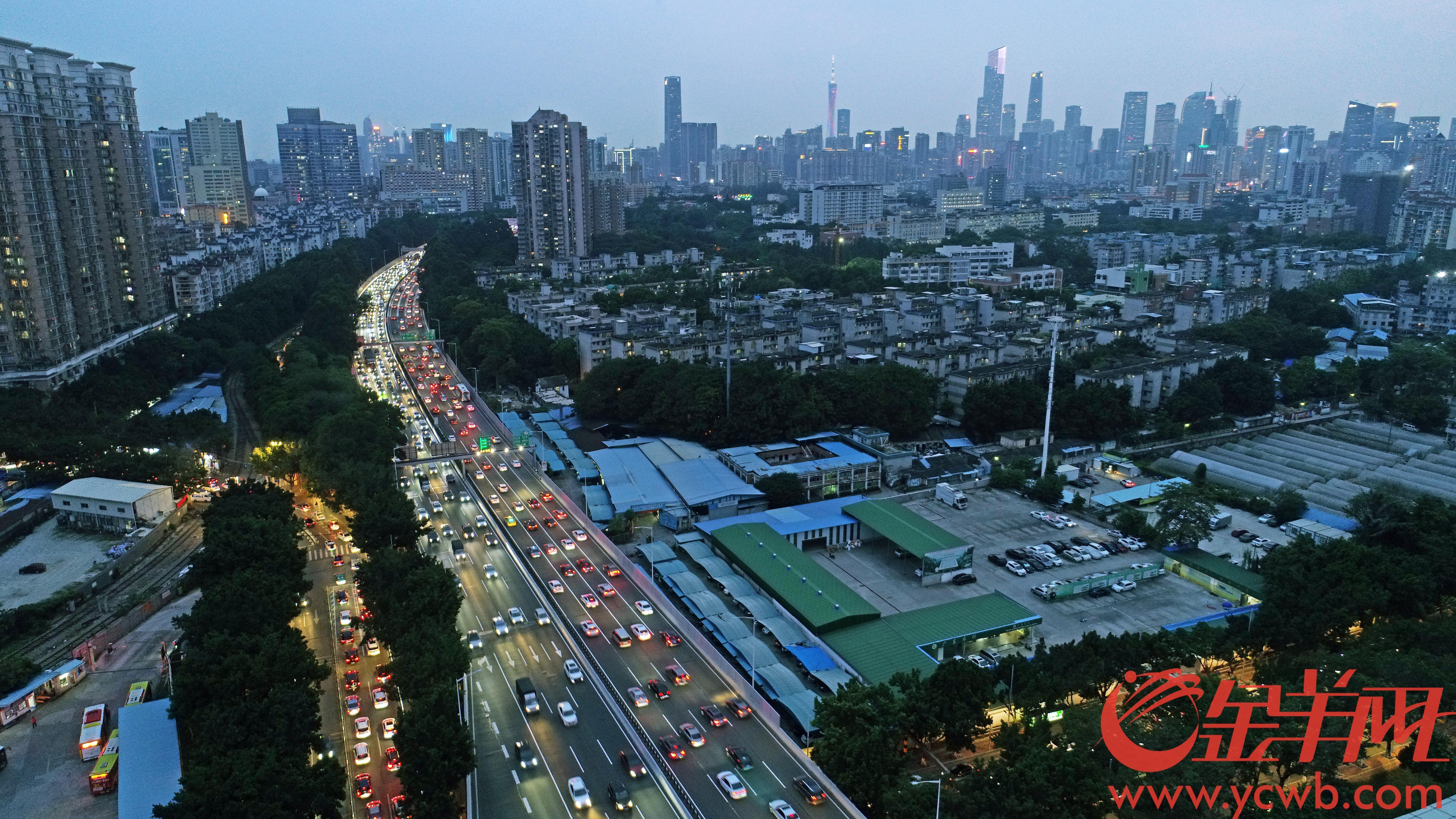 9月18日傍晚广州华南快速干线大塞车。今天年中秋节假期放假时间为9月19日至21日。 图/羊城晚报全媒体记者 邓勃