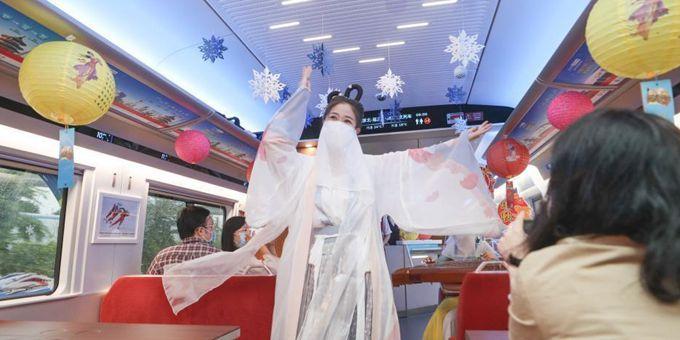 """京张高铁乘务员扮作""""嫦娥""""向旅客送出中秋祝福"""