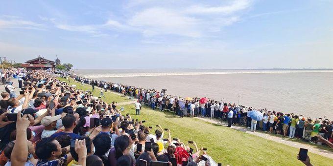 八月十八观大潮 民众争睹钱塘江大潮景象