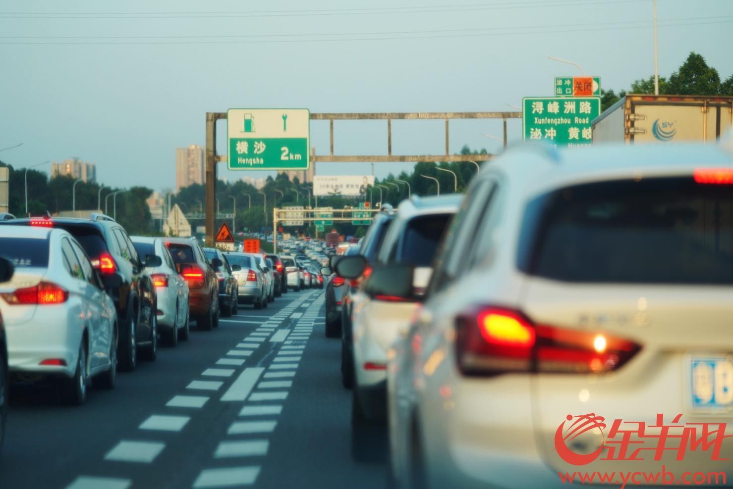 2021年10月5日,国庆假期即将结束,广州回程的车流也增多了。下午5点许,沈海高速广州支线横沙服务区附近,进广州城方向车辆行车缓慢,车龙排了约12公里。羊城晚报全媒体记者 林桂炎 摄