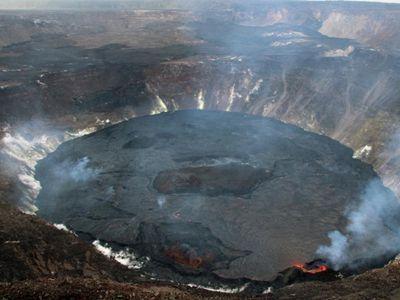 航拍夏威夷基拉韦厄火山岩浆注入熔岩湖