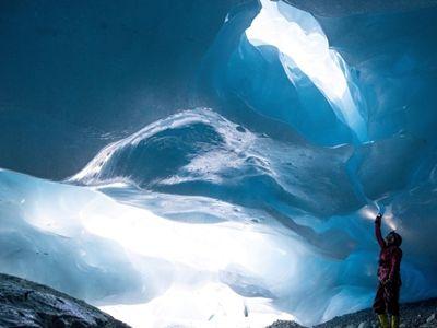 奥地利冰川出现巨大冰洞穴 晶莹剔透恍若蓝色仙境