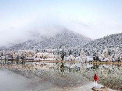 四川理县毕棚沟迎来首场降雪 美如仙境